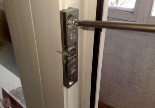 Монтаж магнитной защелки на балконную дверь