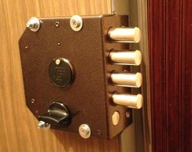 Изображение накладного замка на деревянной двери