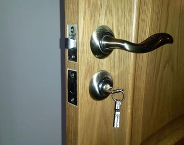установка в межкомнатную дверь